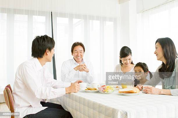 3-generation family who have breakfast in the dining room