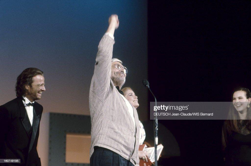 The Closing Ceremony. Catherine DENEUVE, Christophe LAMBERT et Carole BOUQUET riant aux côtés de Maurice PIALAT dressant le poing face au public le sifflant lors de la remise de la Palme d'or pour son film 'Sous le soleil de satan'.