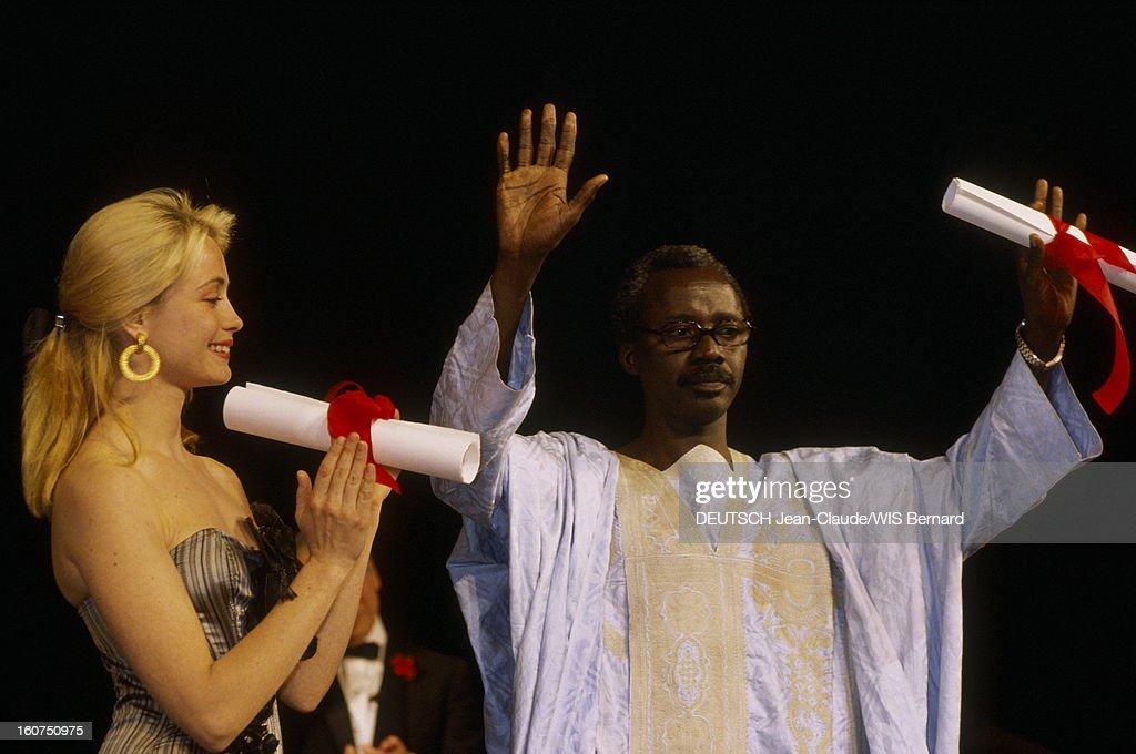 The Closing Ceremony. Le 40ème Festival de CANNES se déroule du 7 au 19 mai : Emmanuelle BEART souriante, applaudissant Souleymane CISSE Prix du jury pour son film 'La lumière'. .