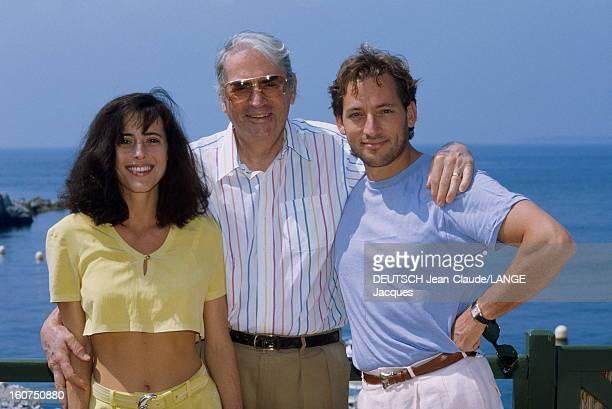 Gregory Peck Le 42ème Festival de CANNES se déroule du 11 au 23 mai plan de face souriant de Gregory PECK posant sur une terrasse entre sa fille...