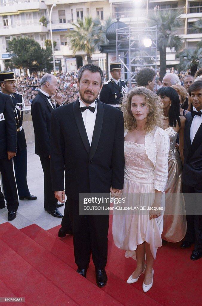 42nd Cannes Film Festival 1989. Le 42ème Festival de CANNES se déroule du 11 au 23 mai : Jean-Jacques BEINEX en smoking noeud papillon montant les marches main dans la main avec sa compagne Isabelle PASCO. .