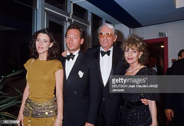 42nd Cannes Film Festival 1989 Le 42ème Festival de CANNES se déroule du 11 au 23 mai Gregory PECK en smoking noeud papillon posant avec son épouse...