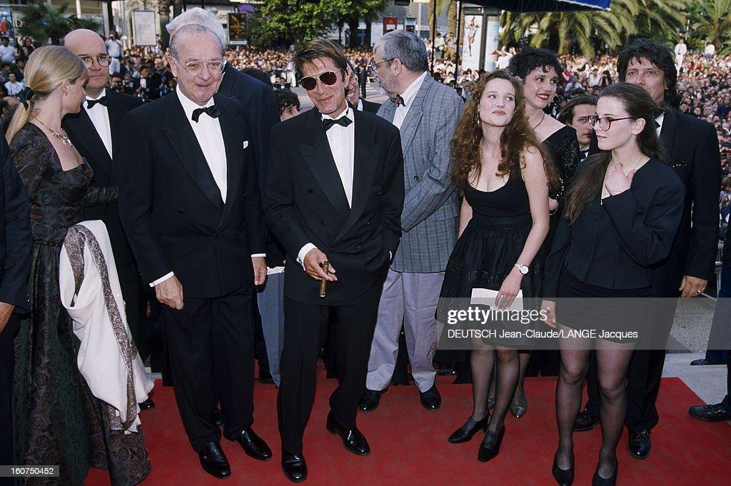44th Cannes Film Festival 1991. Le 44ème Festival de CANNES se déroule du 9 au 20 mai 1991 : arrivée de l'équipe du film 'Van Gogh' de Maurice PIALAT (se retournant) dont Jacques DUTRONC un cigare à la main aux côtés de Pierre VIOT et Alexandra LONDON. .