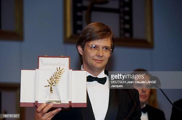 The Winners Le 45ème Festival de CANNES se déroule du 7 au 18 mai 1992 plan de face souriant de Bille AUGUST tenant la Palme d'or pour son film 'Les...