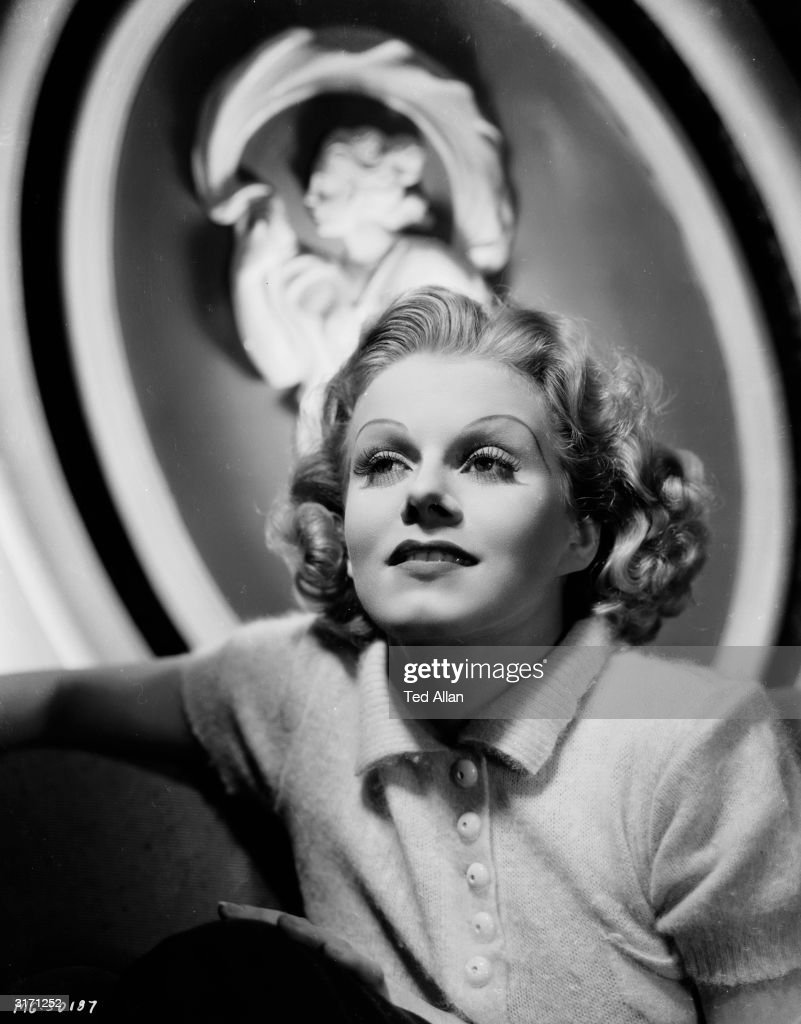 Hollywood star and sex symbol Jean Harlow (1911 - 1937).