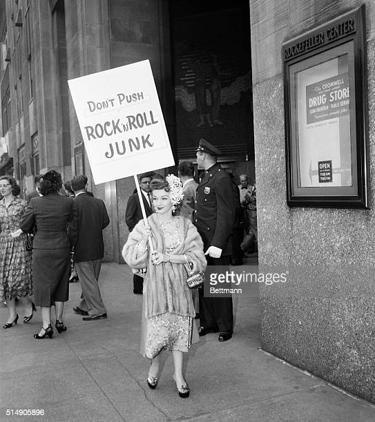 5/14/1957New York NY Redhaired Gloria Parker 88pound firebrand of the CBS annual stockholders meeting parades in front of the RCA building with her...