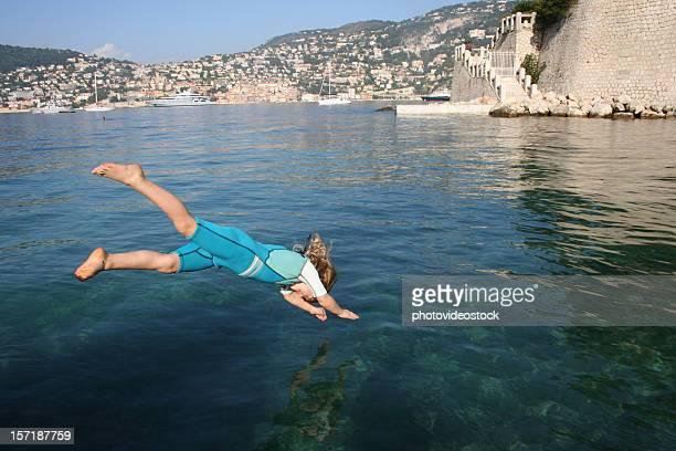 5 yo Mädchen Tauchen in Riviera Meer im November