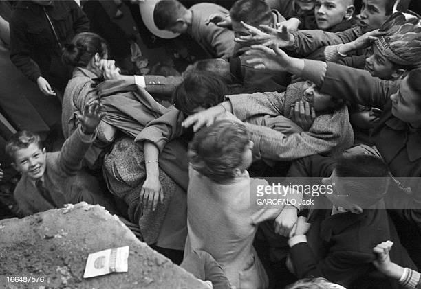 6Th Childhood Fair 1953 Paris novembre 1953 le 6ème Salon de l'Enfance 1953 au Grand Palais Devant un stand un attroupement d'enfants les bras en...