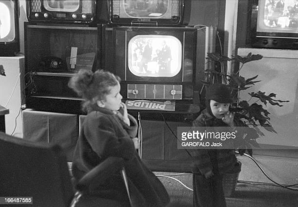 6Th Childhood Fair 1953 Paris novembre 1953 le 6ème Salon de l'Enfance 1953 au Grand Palais La télévision est le jouet des petits et des grands Avec...