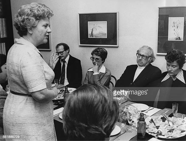 70th birthday of writer and theater critic Hans Weigl sitting next to Barbara Frischmuth and Jutta Schutting later Julian Schutting Celebration with...