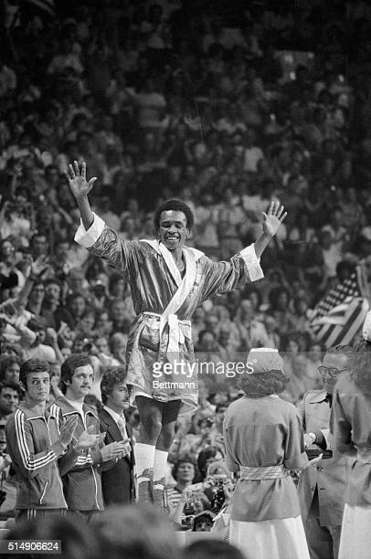 The United States' Ray Leonard Palmer Park MD waves as the crowd cheers after he won the Olympic gold medal for the Light Welterweight boxing...