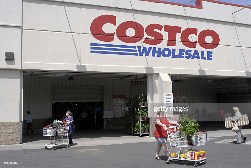 STATE /USA _American shoppers at Costco wholesale warehouse 13 May 2011