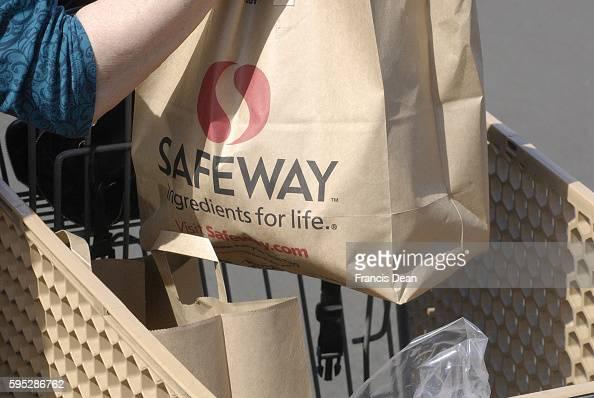 KAUAII / HAWAII/ USA _Consumers at safeway food market with shopping carts with food bags 4 Nov 2011