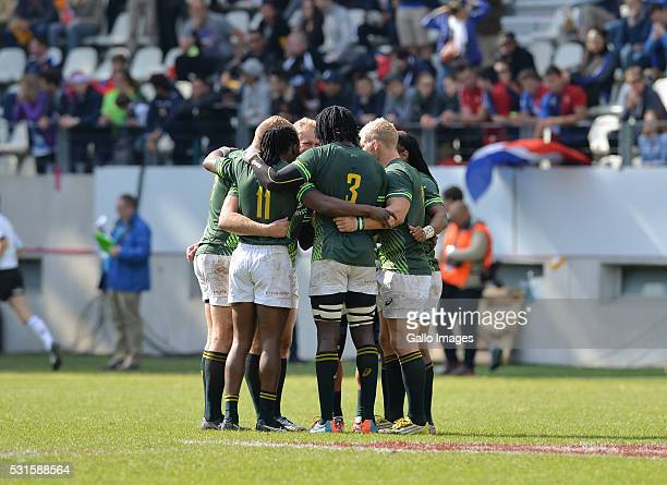a final huddle by the Springbok 7's during the Plate final between South Africa and Australia on Day 3 of the HSBC Paris Sevens at Stade Jean Bouin...
