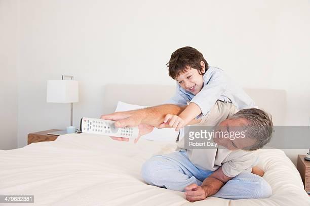 Gegen einen Großvater mit seinem Enkel über TV-Fernbedienung
