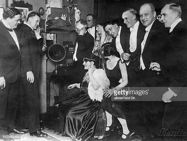 USA a social event people listening to the radio at a party date unknown around 1923 photo by Atlantic