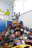 Ein Spielzeug-Roboter auf Haufen von ro