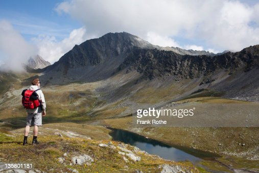 a young hiker savours the valley and mountains : Foto de stock
