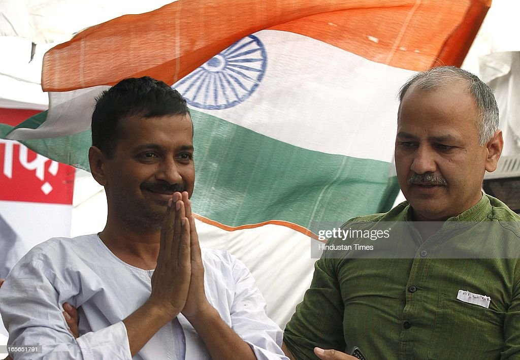 Aam Aadmi Party leader Arvind Kejriwal with Manish Shisodia addressing his supporters on fourteenth day of his hunger strike against inflated electricity and water bills at Sunder Nagari on April 5, 2013 in New Delhi, India. AAP leader Arvind Kejriwal announced that he will break his indefinite fast on April 6, 2013.