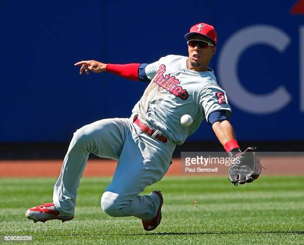 Aaron Altherr of the Philadelphia Phillies attempts a sliding catch on a ball hit by Matt Reynolds of the New York Mets in the 8th inning in an MLB...