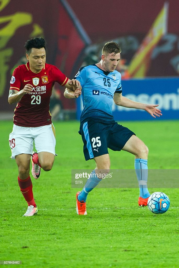 Aaron Calver (R) of Sydney FC fights for the ball with Gao Lin of China's Guangzhou Evergrande during their AFC Champions League group stage football match in Guangzhou, in China's Guangdong province on May 3, 2016. / AFP / STR