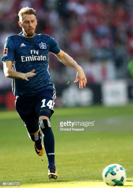 Aaron Hunt of Hamburger SV runs with the ball during the Bundesliga match between 1 FSV Mainz 05 and Hamburger SV at Opel Arena on October 14 2017 in...