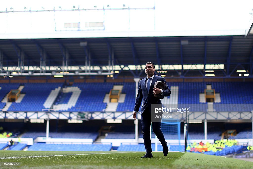 <a gi-track='captionPersonalityLinkClicked' href=/galleries/search?phrase=Aaron+Lennon&family=editorial&specificpeople=453309 ng-click='$event.stopPropagation()'>Aaron Lennon</a> of Everton arrives prior to kick off in the Barclays Premier League match between Everton and West Bromwich Albion at Goodison Park on February 13, 2016 in Liverpool, England.