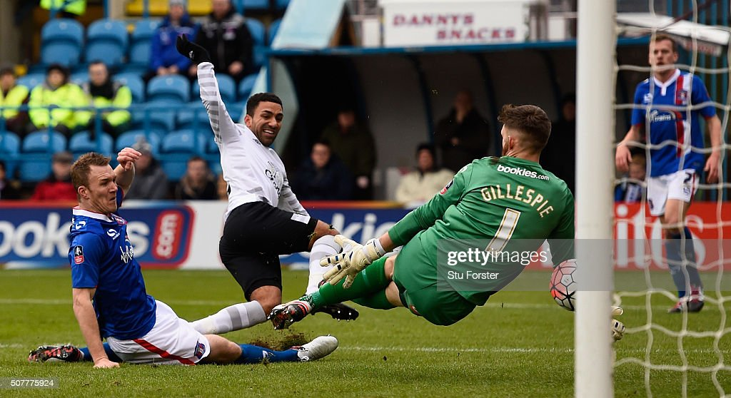 Aaron Lennon of Everton scores his team's second goal during the Emirates FA Cup Fourth Round match between Carlisle United and Everton at Brunton Park on January 31, 2016 in Carlisle, England.