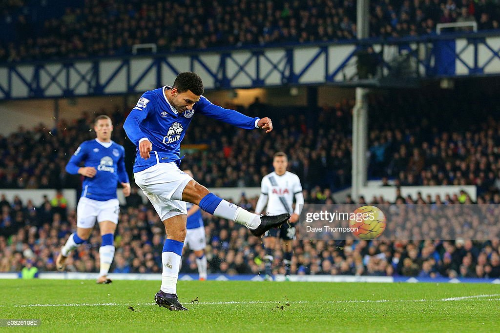 <a gi-track='captionPersonalityLinkClicked' href=/galleries/search?phrase=Aaron+Lennon&family=editorial&specificpeople=453309 ng-click='$event.stopPropagation()'>Aaron Lennon</a> of Everton scores the opening goal during the Barclays Premier League match between Everton and Tottenham Hotspur at Goodison Park on January 3, 2016 in Liverpool, England.