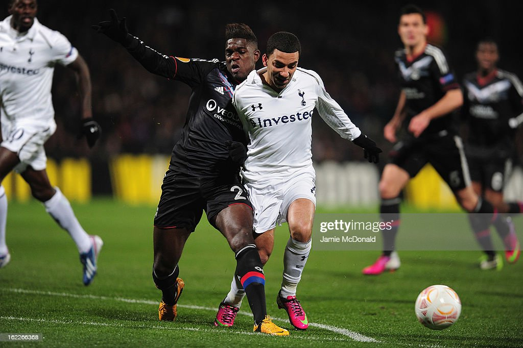 <a gi-track='captionPersonalityLinkClicked' href=/galleries/search?phrase=Aaron+Lennon&family=editorial&specificpeople=453309 ng-click='$event.stopPropagation()'>Aaron Lennon</a> of Spurs battles with Samuel Umtiti of Olympique Lyonnais during the UEFA Europa League Round of 32, second leg match between Olympique Lyonnais and Tottenham Hotspur FC at Stade de Gerland on February 21, 2013 in Lyon, France.
