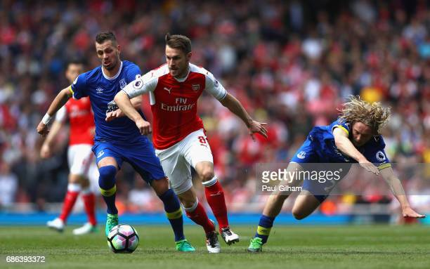 Aaron Ramsey of Arsenal evades Morgan Schneiderlin and Tom Davies of Everton during the Premier League match between Arsenal and Everton at Emirates...