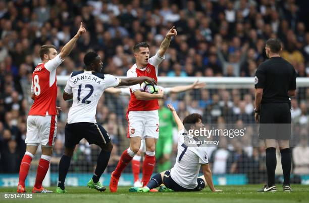 Aaron Ramsey of Arsenal Victor Wanyama of Tottenham Hotspur Granit Xhaka of Arsenal and Alexis Sanchez of Arsenal all appeal to referee Michael...