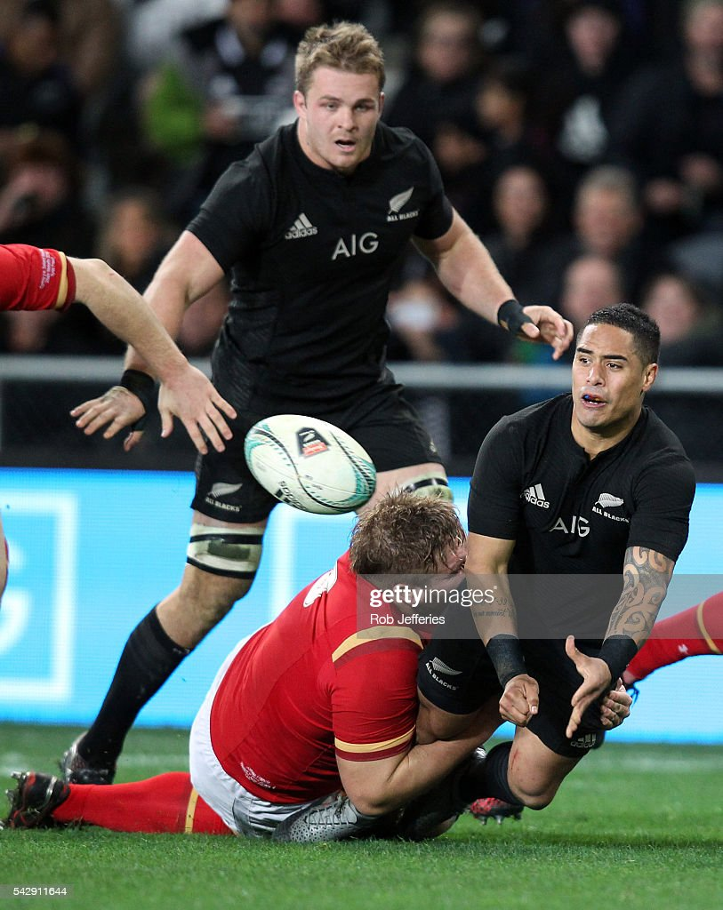 <a gi-track='captionPersonalityLinkClicked' href=/galleries/search?phrase=Aaron+Smith+-+Rugby+Union+Player&family=editorial&specificpeople=11191134 ng-click='$event.stopPropagation()'>Aaron Smith</a> of New Zealand off-loads the ball during the International Test match between the New Zealand All Blacks and Wales at Forsyth Barr Stadium on June 25, 2016 in Dunedin, New Zealand.