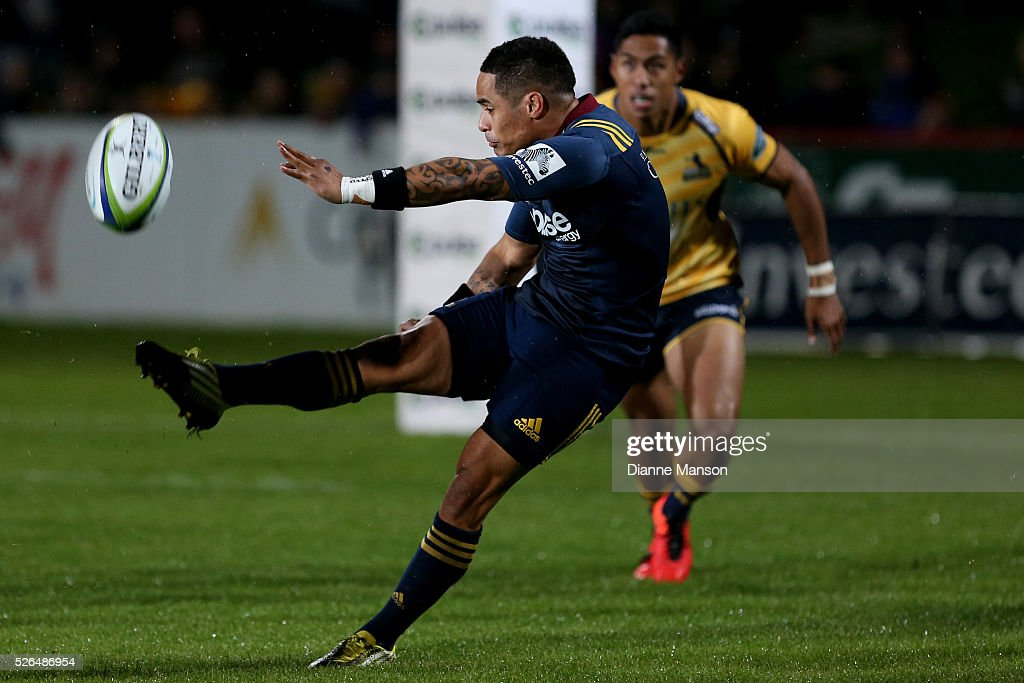<a gi-track='captionPersonalityLinkClicked' href=/galleries/search?phrase=Aaron+Smith+-+Rugby+Union+Player&family=editorial&specificpeople=11191134 ng-click='$event.stopPropagation()'>Aaron Smith</a> of the Highlanders gets a kick away during the Super Rugby round ten match between the Highlanders and Brumbies at Rugby Park on April 30, 2016 in Invercargill, New Zealand.