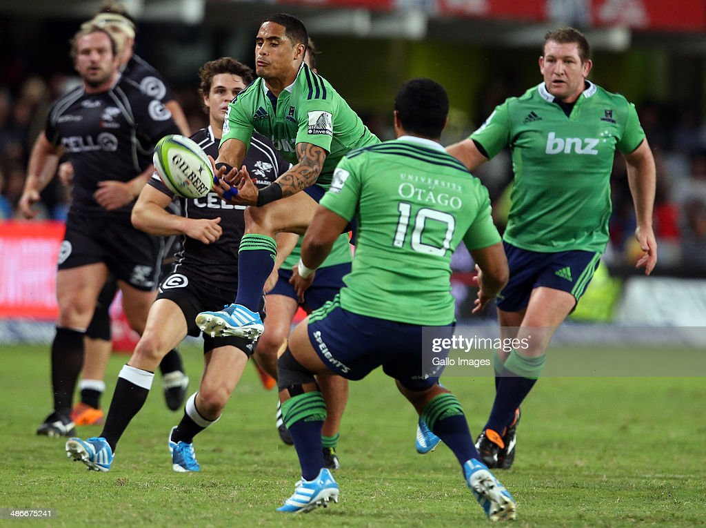 Aaron Smith (C) of the Highlanders jumps for the ball during the Super Rugby match between Cell C Sharks and Highlanders at Growthpoint Kings Park on April 25, 2014 in Durban, South Africa.