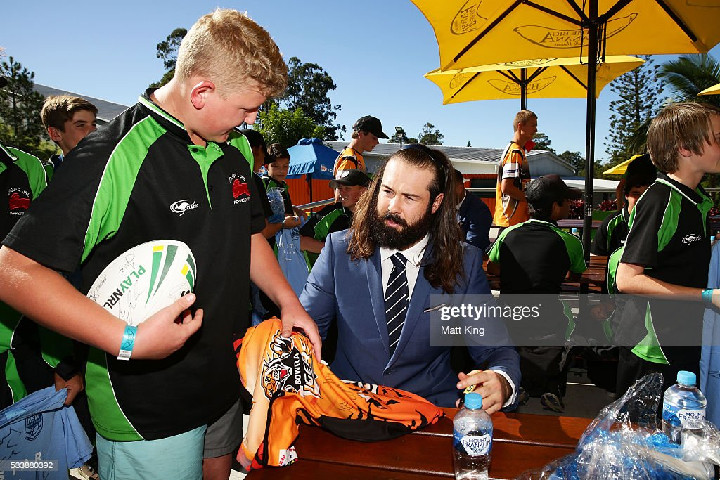 <a gi-track='captionPersonalityLinkClicked' href=/galleries/search?phrase=Aaron+Woods&family=editorial&specificpeople=7618727 ng-click='$event.stopPropagation()'>Aaron Woods</a> of the Blues signs autographs for young rugby league players during a New South Wales Blues NRL State of Origin Welcome Session at The Big Banana on May 24, 2016 in Coffs Harbour, Australia.