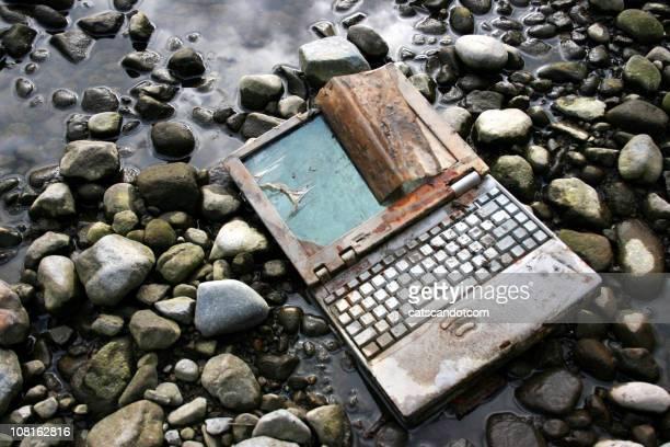 Verlassenen und verrostete Laptop auf dem Bauch liegen Flussbett