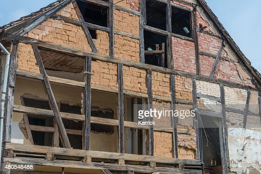 Abandonado mitad estructura de la casa : Foto de stock