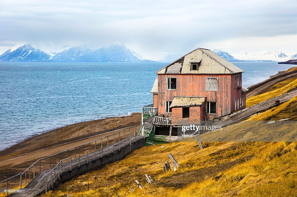 Abandoned house in the harsh arctic nature at summer : Stock-Foto