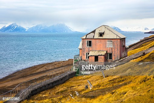 Abandoned house in the harsh arctic nature at summer : Stockfoto
