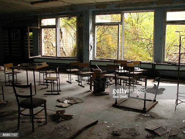 Abandoned table and chair in classroom