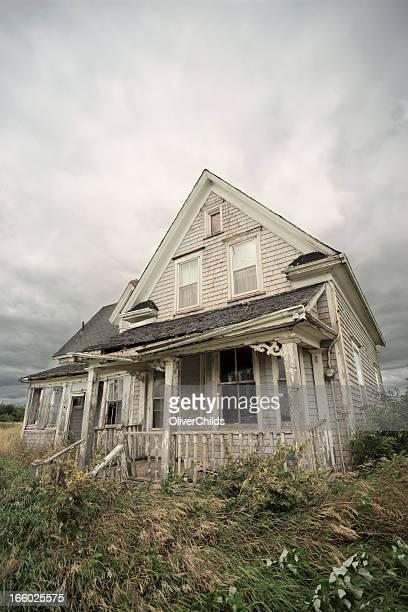 Abandonado casa de madera.