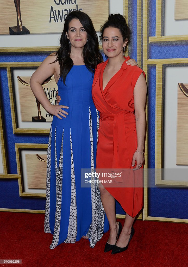 Abbi Jacobson and Ilana Glazer arrive for the Writers Guild Awards in Century City, California, February 13, 2016. / AFP / CHRIS DELMAS