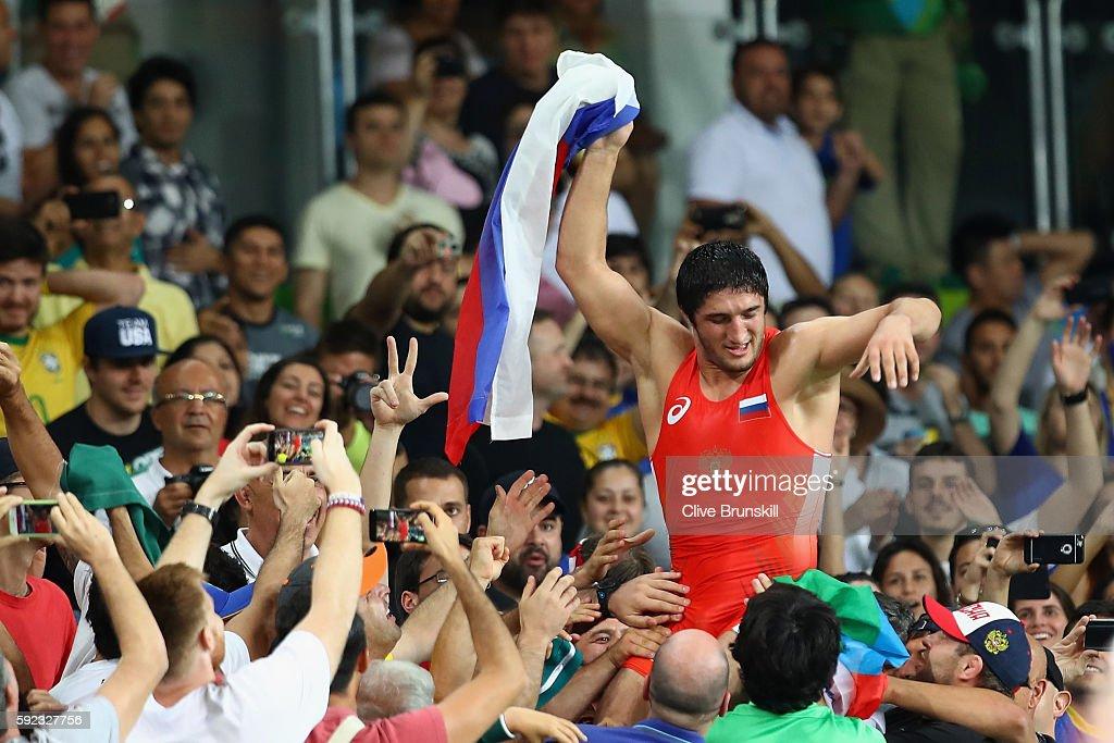 Sadulaev é carregado pelos fãs após conquistar a medalha de ouro no Rio 2016
