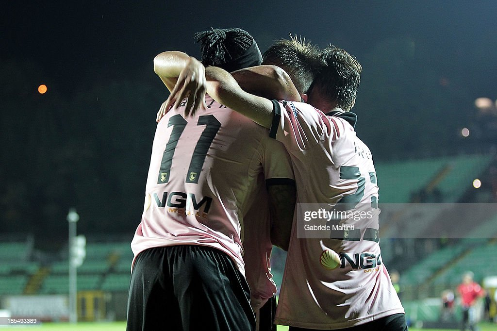Abel Hernandez (L) of US Citta di Palermo celebrates with team-mates after scoring a goal during the Serie B match between AC Siena and US Citta di Palermo at Artemio Franchi - Mps Arena on October 21, 2013 in Siena, Italy.