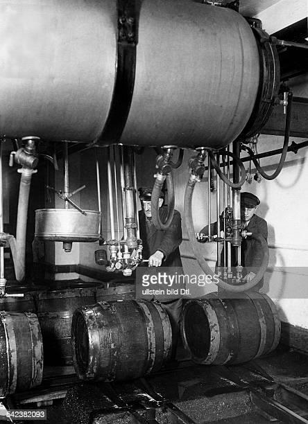 Abfüllen von Bockbier in Fässer 1934