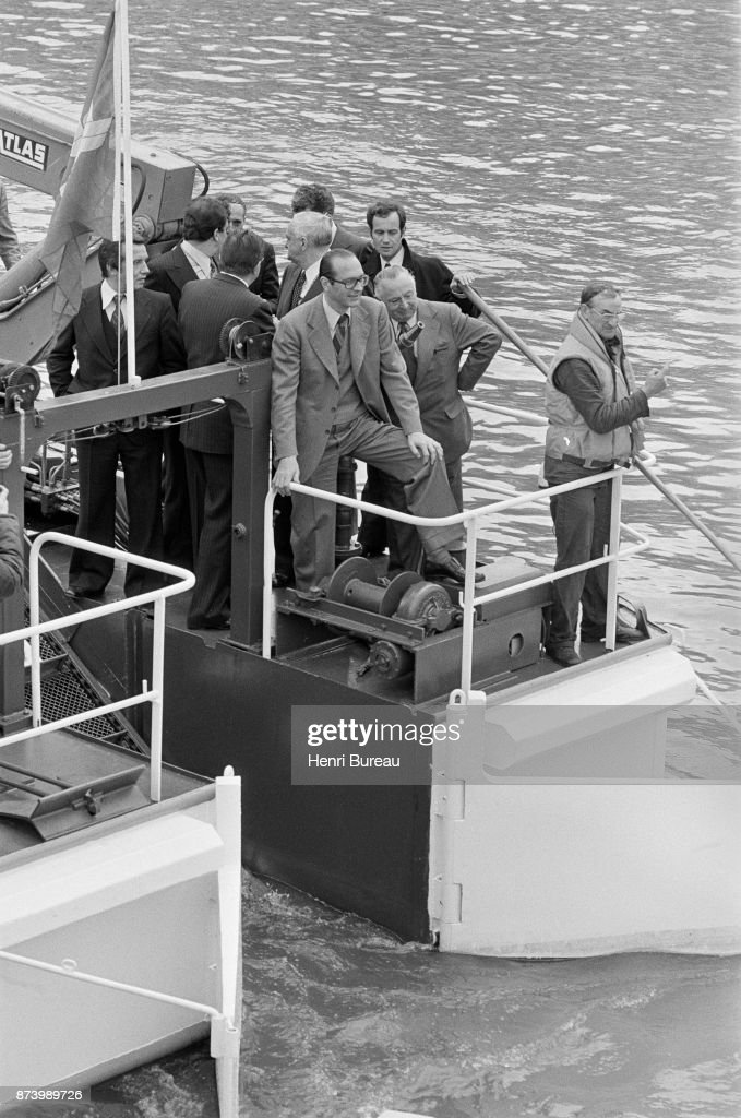 Aboard a cleaning boat, Jacques Chirac attended this morning the maneuvers of purification of the Seine, Paris, 12th May 1977