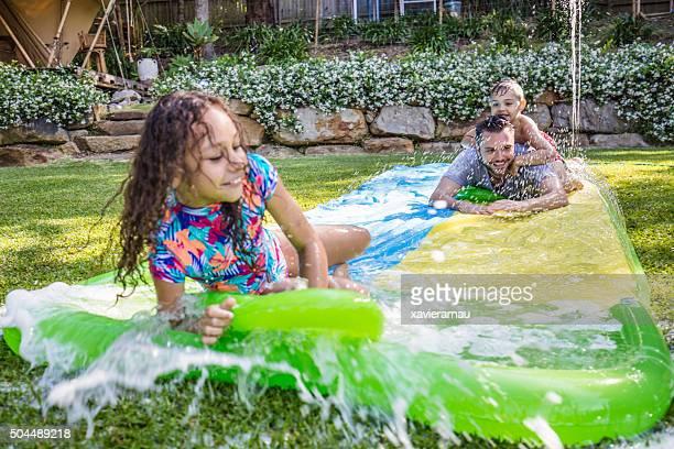 """Kinder der First Nations über die slip """"n slide in den Garten"""
