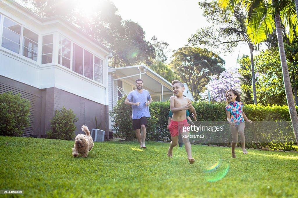Aboriginal family enjoying the day in the garden at home : Stockfoto