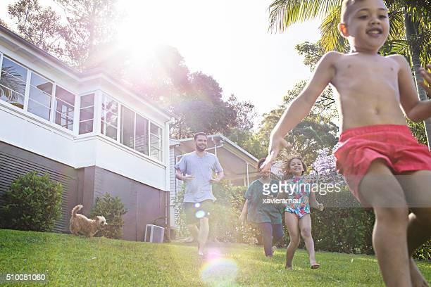 First-Nations-Familie Spaß im Garten ganz wie zu Hause fühlen.